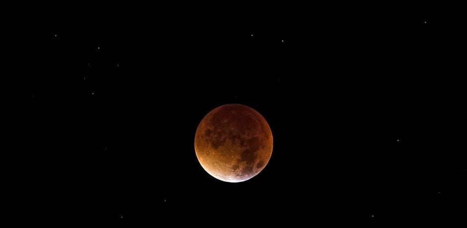 Maior eclipse lunar do século XXI